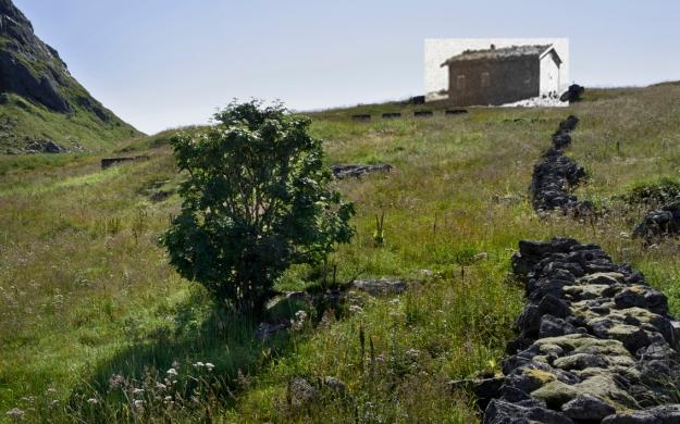 Helle.Huset tilhørte Karla og Georg Gabrielsen. Huset ble plukket frahverandre ved fraflyttingen i 1950 og gjenreist på sørvågen.