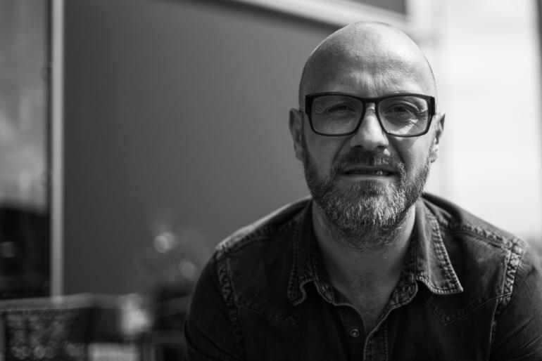Claus Heiberg - Trommeslager i Briskeby. Jobber som produsent for reklamefilmfirmaet Kandidat i Oslo. Bor i Larvik, med kone og to barn. Leica entusiast og estetiker.