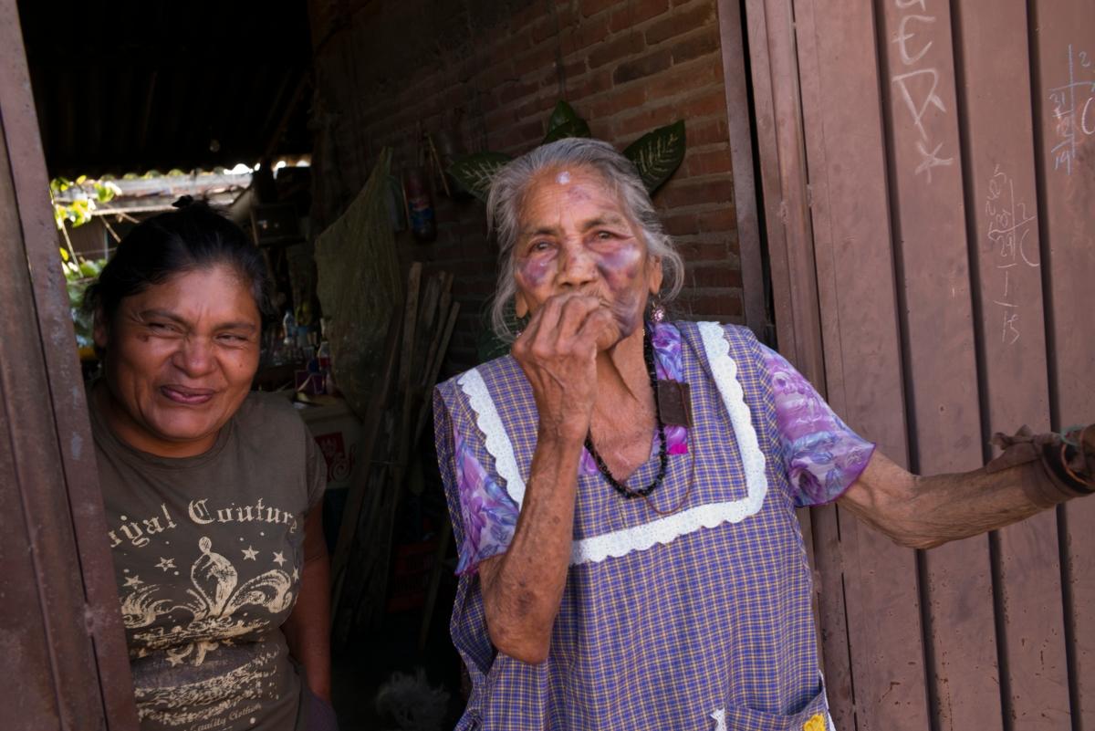 """I landsbyen Zaachila i Mexico avholdes det fest og parade arrangert av 10-15 transvestitter i februar hvert år. Transpersoner og homofile har tøffe kår i det """"maskuline"""" Mexico, men denne festen og paraden er akseptert av lokalbefolkningen. Foto:TERJE BRINGEDAL,VG"""